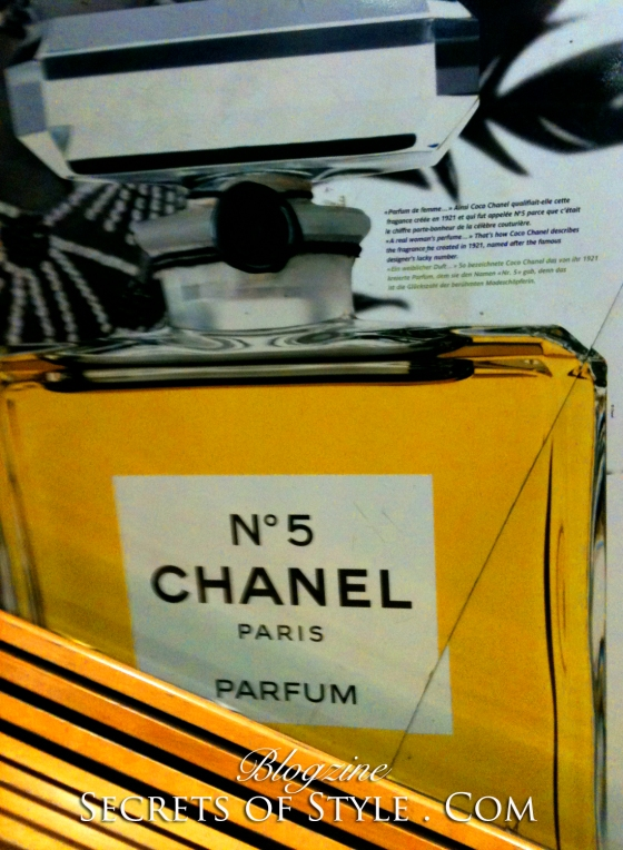 4-Chanel-numero-number-5-metro-tuilleries-paris-3